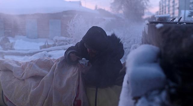 Sibiryadaki evsizlerin eksi 30 derecede yaşam savaşı