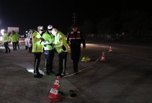 Denizlide uygulama yapan trafik polisi, otomobilin çarpması sonucu ağır yaralandı