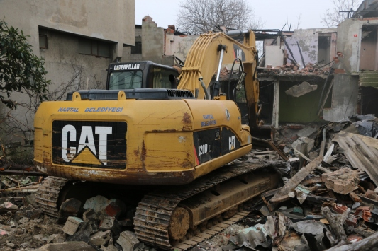 Kartalda iki katlı metruk bina, belediye ekiplerince yıkıldı