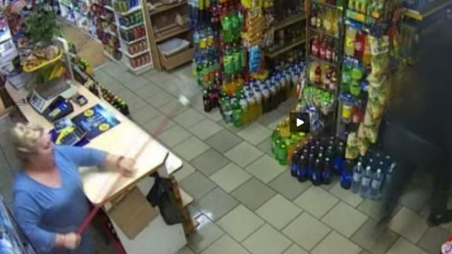 Marketteki kadın paspas sopasıyla silahlı soyguncuyu alt etti