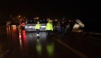 Bursa'da kayganlaşan yolda kimyasal yüklü tanker devrildi