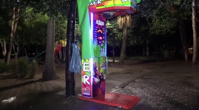 Adanada boks makinesindeki paraları çalan hırsız aranıyor