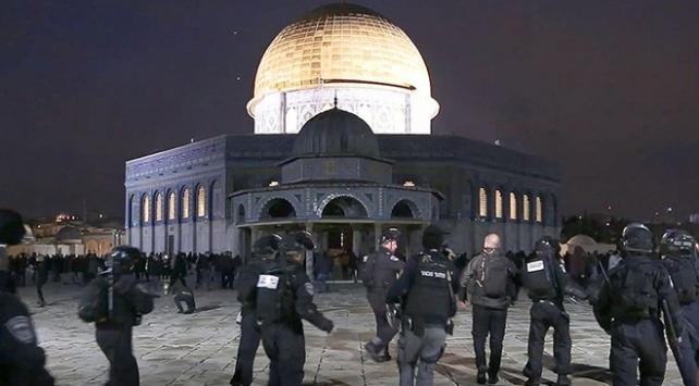 İsrail polisi Mescid-i Aksada cemaate saldırdı