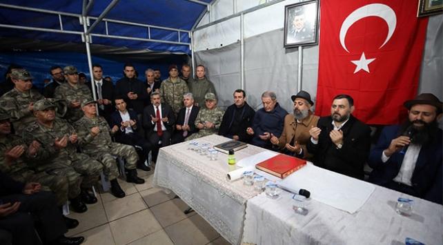 Bakan Akar şehit ailesine taziye ziyaretinde bulundu