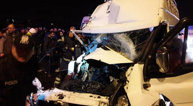 Aksarayda minibüs ile kamyon çarpıştı: 11 yaralı