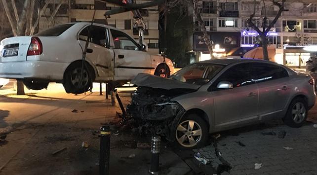 Bağdat Caddesinde kontrolünü kaybeden otomobil, bankta oturan çifti ezdi