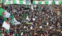 Cezayir'de halk yine sokaklarda