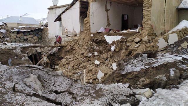 İran 5,9 ile sallandı, Van'da kerpiç evler yıkıldı