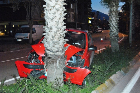 Ödemişte otomobil ağaca çarptı: 1 yaralı