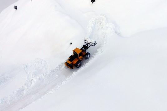 Bitlisin zorlu coğrafyasında karla mücadele ediyorlar