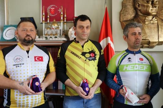 Bisikletliler Edirneden Çanakkaleye şehitlik toprağı götürecek