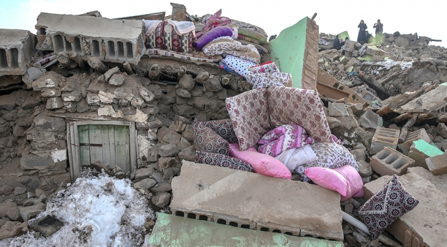 Vandaki depremde baba ve 4 çocuğu hayatını kaybetti