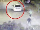 Polis, alkollü sürücünün aracını direksiyona tutunarak durdurdu