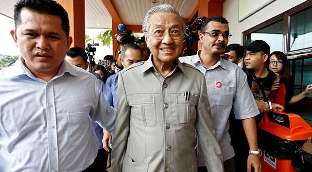 Malezyada Başbakan Mahathirin istifası sonrası iktidar koalisyonu çöktü