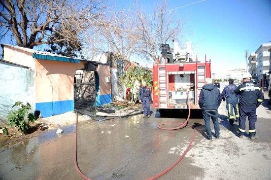 Antalyada yangın çıkan evde mahsur kalan kişiyi arkadaşı pencereyi kırarak kurtardı