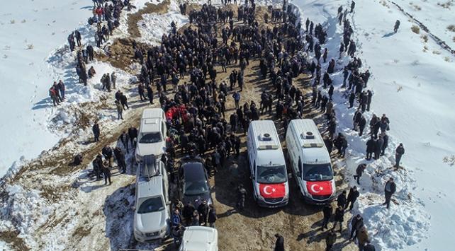 Deprem kurbanları toprağa verildi