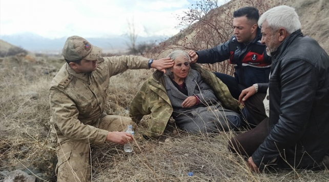 Kayalıklara düşerek yaralanan yaşlı kadını Mehmetçik kurtardı