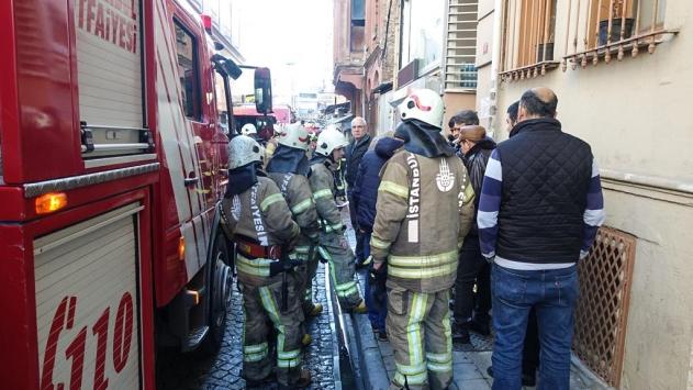Fatihte apart oteldeki yangın söndürüldü