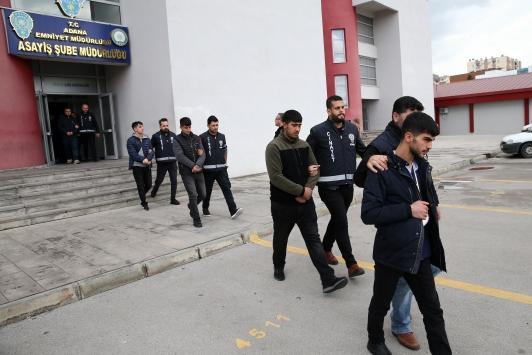 Adanada 3 kişinin yaralandığı silahlı kavgaya karışan 8 zanlı tutuklandı