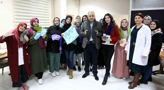 Üniversiteli kız öğrenciler depremzedeler için atkı, bere ve eldiven ördü