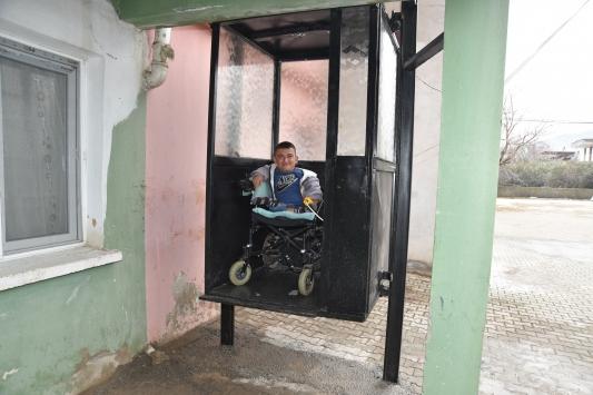 Cam kemik hastası gencin asansör talebini belediye gerçekleştirdi