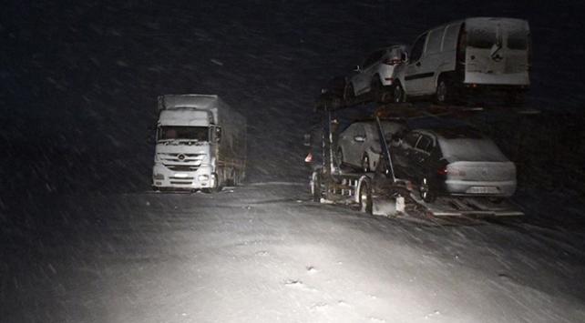 Tendürek Geçidinde ağır tonajlı araçlar yolda kaldı