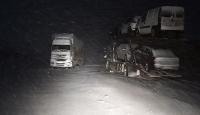Tendürek Geçidi'nde ağır tonajlı araçlar yolda kaldı