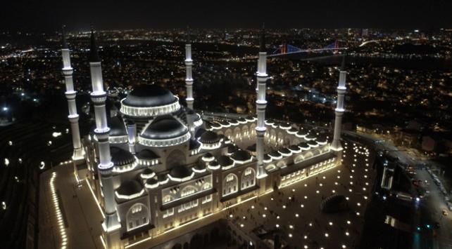 Üç ayların ilk akşamı Çamlıca Camii'nde karşılandı