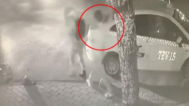 İstanbul'da yolda yürüyen kadına akıl almaz saldırı