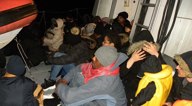 İzmirde lastik botta 98 düzensiz göçmen yakalandı