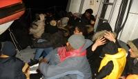 İzmir'de lastik botta 98 düzensiz göçmen yakalandı