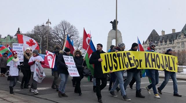 Kanadada toplanan yüzlerce kişi Hocalı Katliamını protesto etti