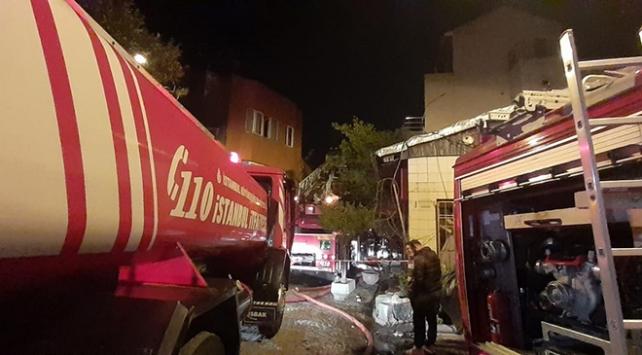 İstanbulda iki katlı ahşap binada yangın