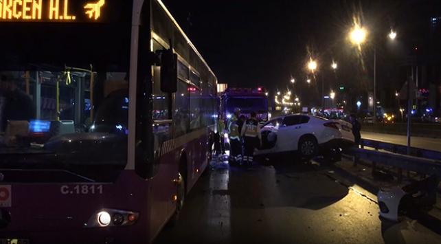 İstanbulda otomobil, yolcu otobüsüne çarptı: 3 yaralı
