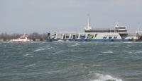 Fırtınada sürüklenen feribot karaya oturdu