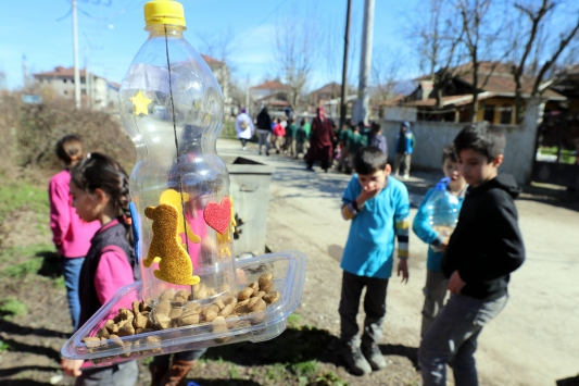 Düzcede minik öğrenciler atık malzemelerden sokak hayvanlarına mama kabı yaptı