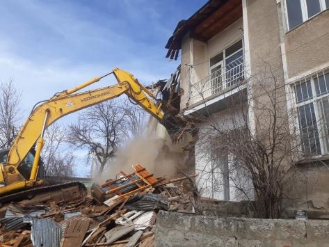 Malatyada ağır hasarlı evler kontrollü şekilde yıkılıyor