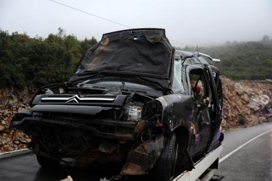 Antalyada hafif ticari araç devrildi: 6 yaralı