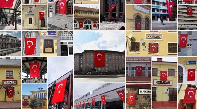 Gar binaları Mehmetçik için Türk bayraklarıyla donatıldı
