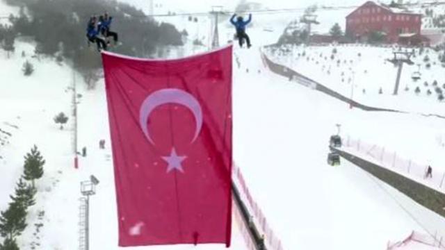 Şehitler anısına Palandöken'de Türk bayrağı asıldı
