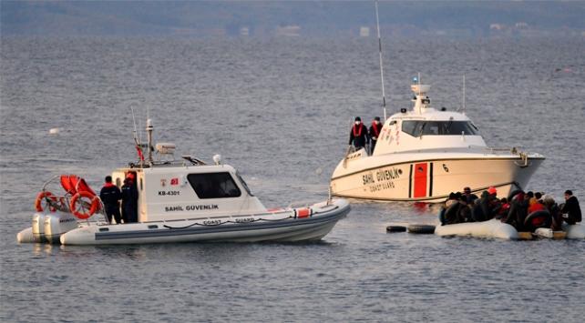 Lastik botları su alan düzensiz göçmenler kurtarıldı