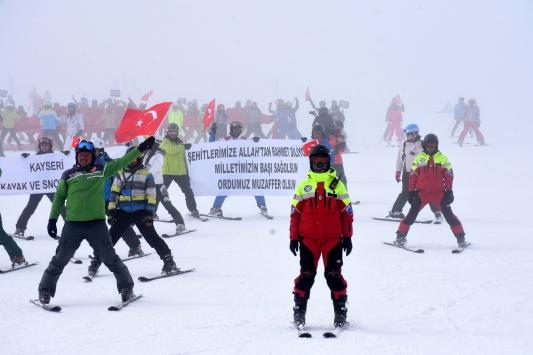 Kayseride İdlip şehitleri Türk bayraklarıyla yapılan kayakla anıldı