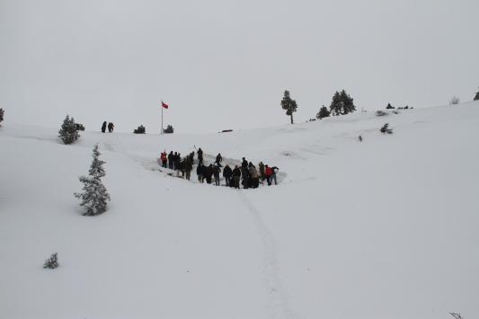 Konyada 1700 rakımdaki çukura yazın kullanmak üzere kar depoladılar