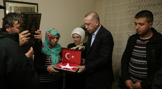 Cumhurbaşkanı Erdoğandan İdlib şehidi Baysalın evine taziye ziyareti