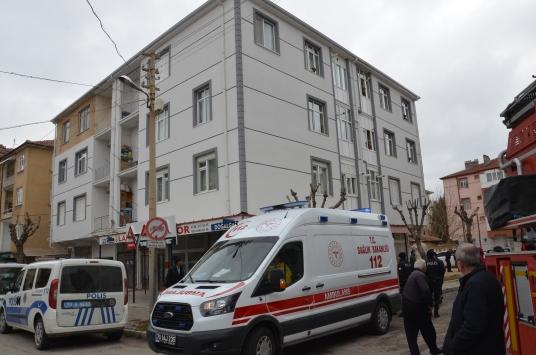 Karamanda 3. kattan düşen genç ağır yaralandı