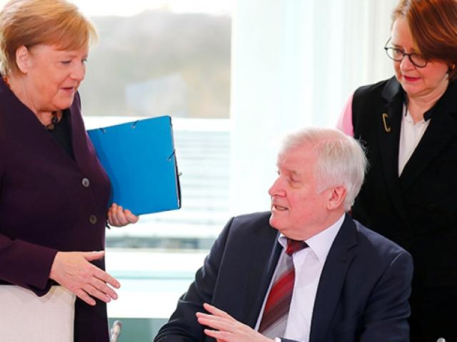 Almanya İçişleri Bakanı Seehofer, koronavirüs nedeniyle Merkelin elini sıkmadı