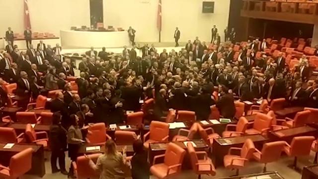 Meclis Genel Kurulu'nda kavga çıktı