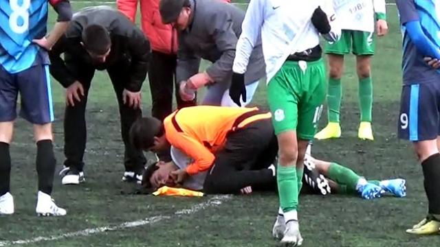 Doktor hakem futbolcunun hayatını kurtardı