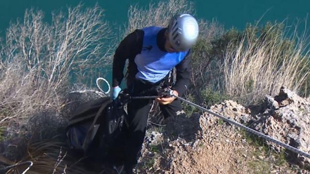 Antalya'da gönüllü dağcılar falezleri temizledi