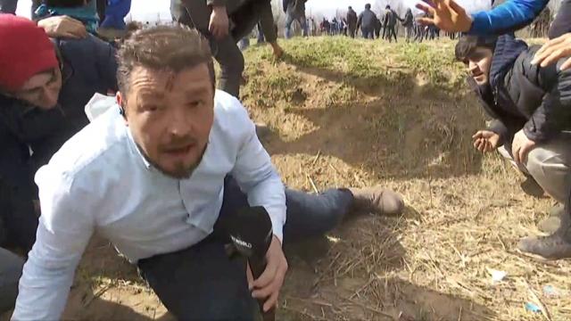 Yunan askerinin sığınmacılara ateş açtığı an TRT World canlı yayınına yansıdı